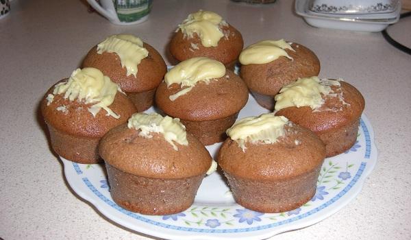 Muffiny kakowo-cynamonowe w polewie z białej czekolady