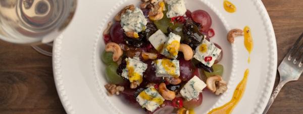 Zdrowo i pysznie – sałatka winogronowa z Kamiennogórskim serem pleśniowym