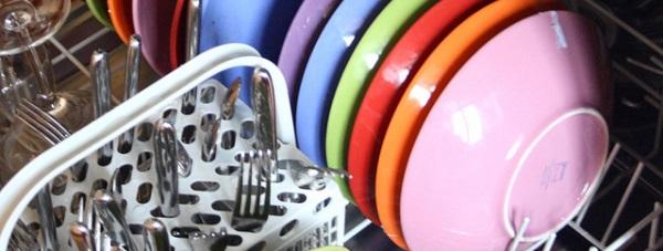 Mycie naczyń w zmywarce – obalamy mity
