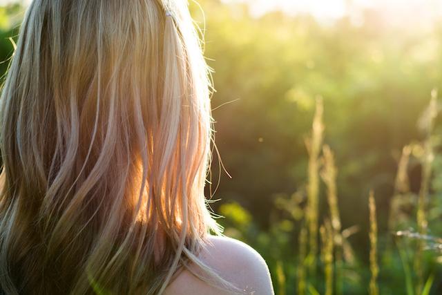 Na ratunek włosom – jak naprawić szkody wyrządzone przez promienie UV?