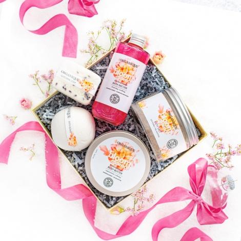 zestaw kosmetyków na prezent, zestaw prezentowy Organique, kula do kąpieli, balsam do ciała, peeling do ciała, mydło glicerynowe