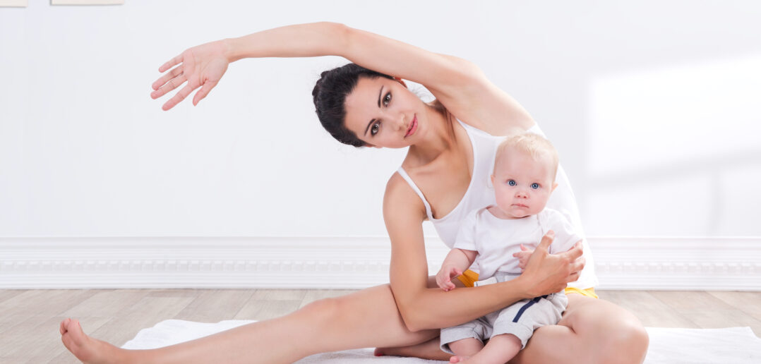 Kobieta ćwiczy z dzieckiem, aby schudnąć po ciąży